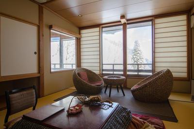 豪雪という非日常をあたたかな部屋でのんびりと眺めることが出来る贅沢