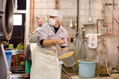 昔から変わらない手間を掛けた味噌作りを続けています