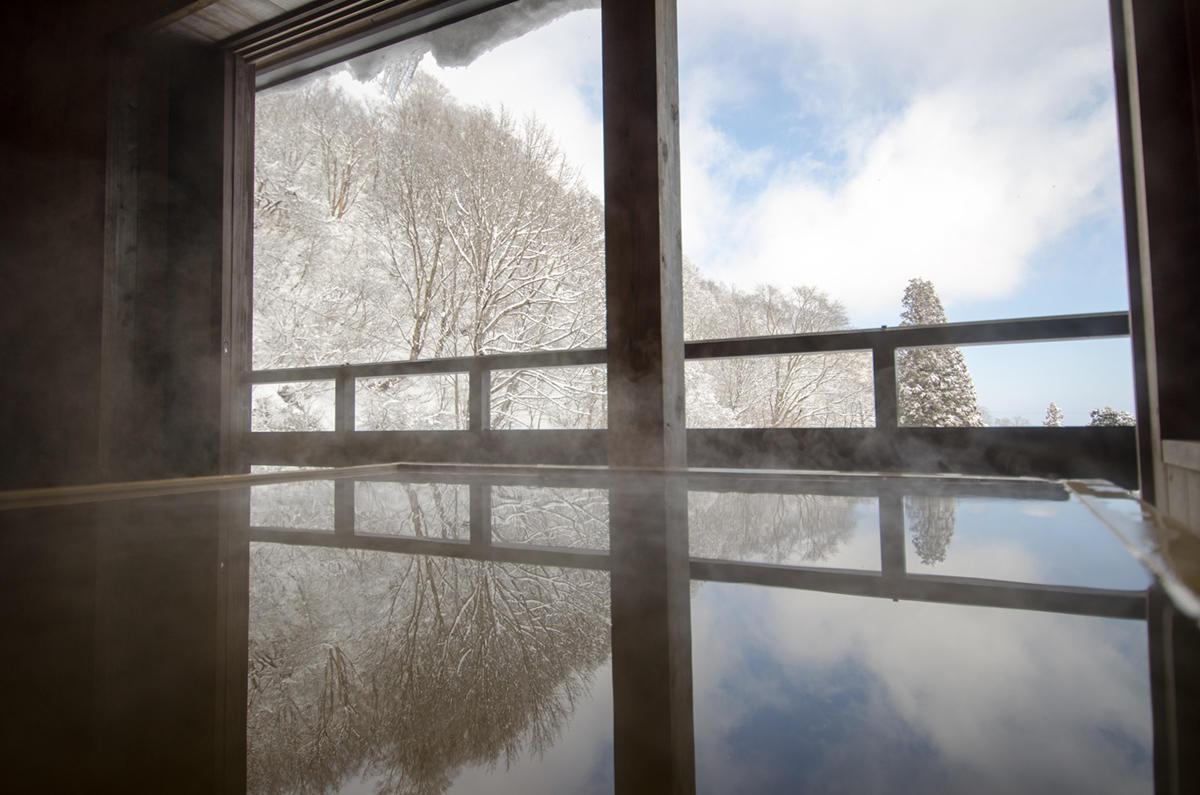 豪雪をながめながらの温泉は最高の贅沢