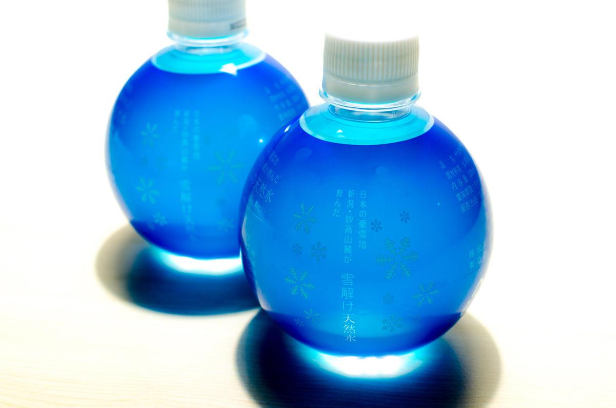 透明感のある青いボトルには妙高の天然ミネラルが豊富に含まれている